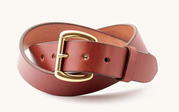 Кожаный коричневый ремень с латунной пряжкой